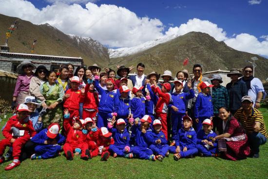 我院领导与西藏吉吉盲童幼儿园共庆六·一