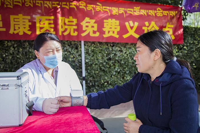 西藏阜康医院及体检中心于西藏大学开展新生入学免费义诊
